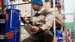 Homem no depósito de material de construção